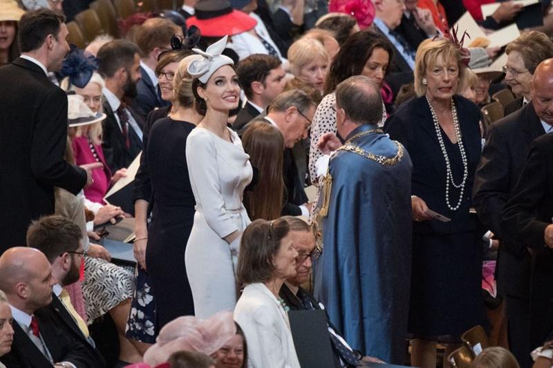 Cô mặc thiết kế đầm cổ thuyền sang trọng của Ralph & Russo cùng mũ, túi xách và găng tay đồng điệu.