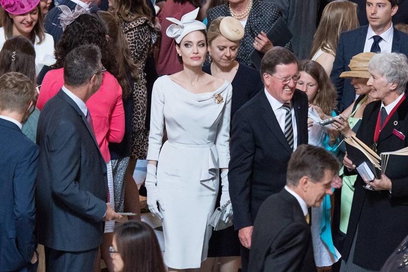 Angelina Jolie ngay lập tức trở thành tâm điểm của mọi sự chú ý khi cô xuất hiện.