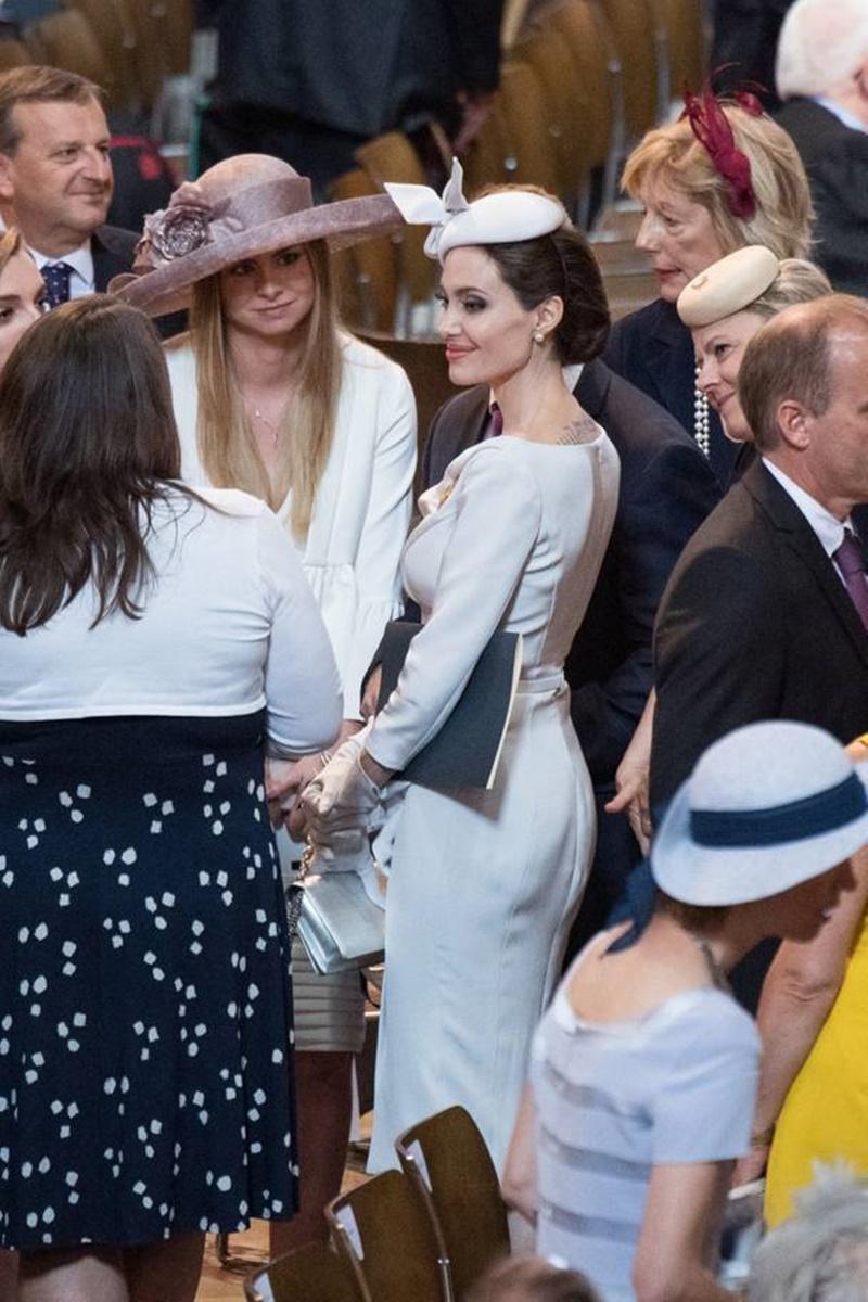 Bộ trang phục tôn vẻ đẹp thanh lịch, sang trọng của Angelina Jolie.