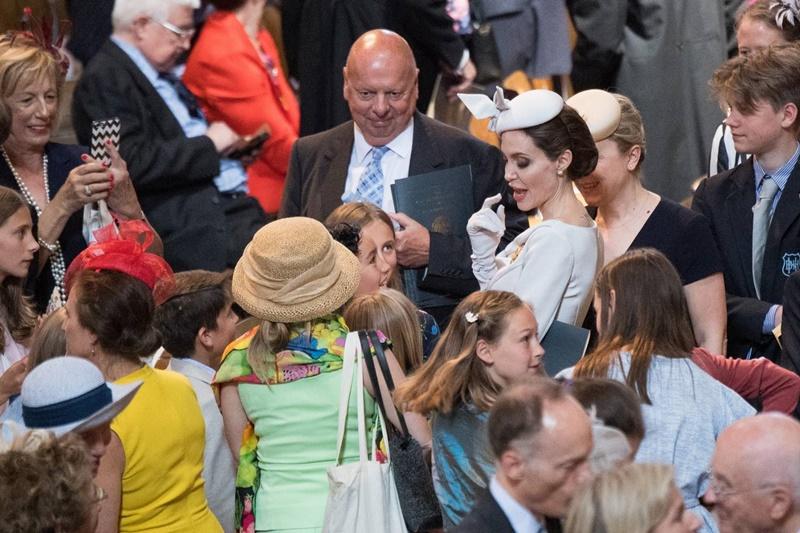 Angelina Jolie gặp gỡ những em bé có mặt trong buổi lễ tại nhà thờ St. Paul ở London.
