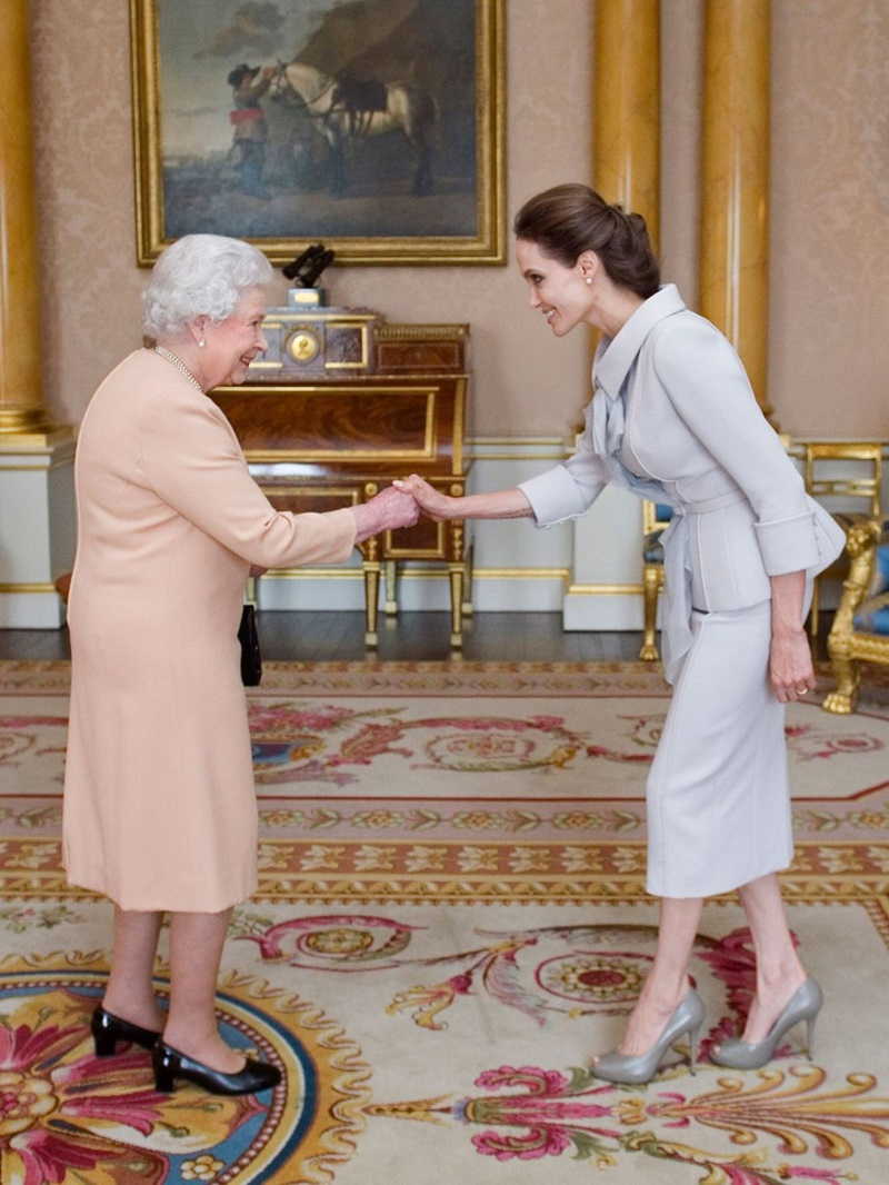 Angelina Jolie diện kiến Nữ hoàng Elizabeth năm 2014.