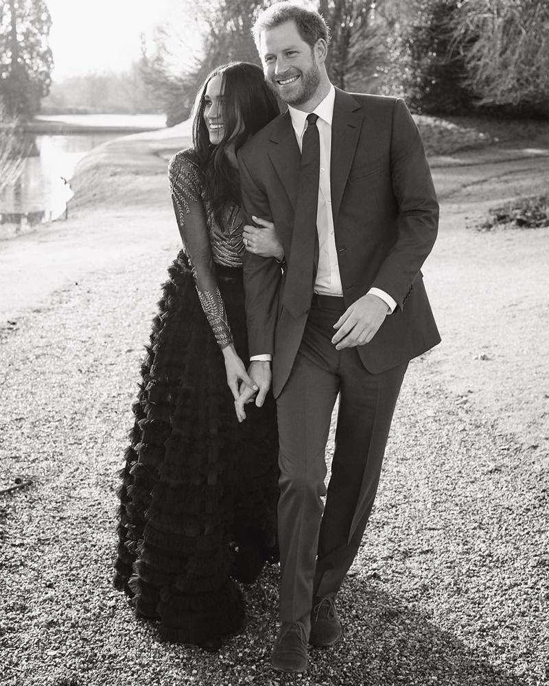 Công nương Meghan Markle mặc thiết kế đầm couture của Ralph & Russo trong những bức hình đính hôn cùng hoàng tử Harry.