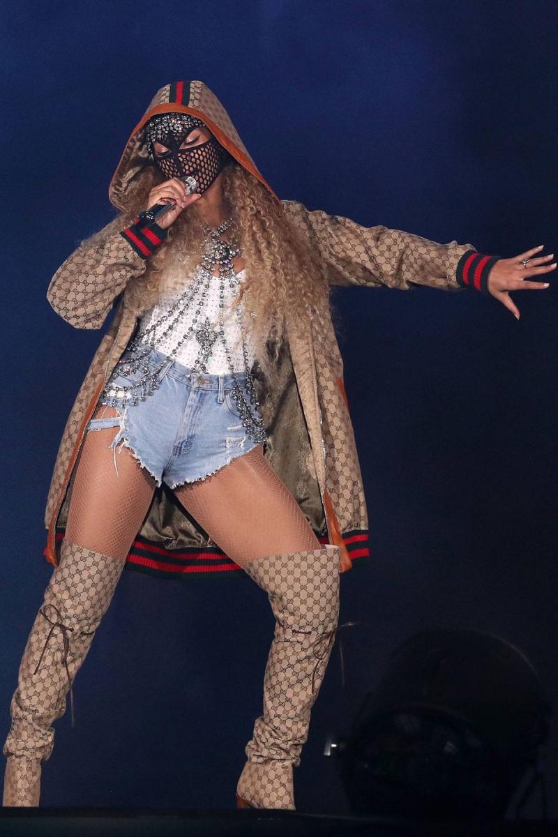 Beyoncé mặc trang phục của Gucci với áo khoác được thiết kế bởi Dapper Dan cùng phụ kiện đính đá lấp lánh từ BST Thu Đông 2018.