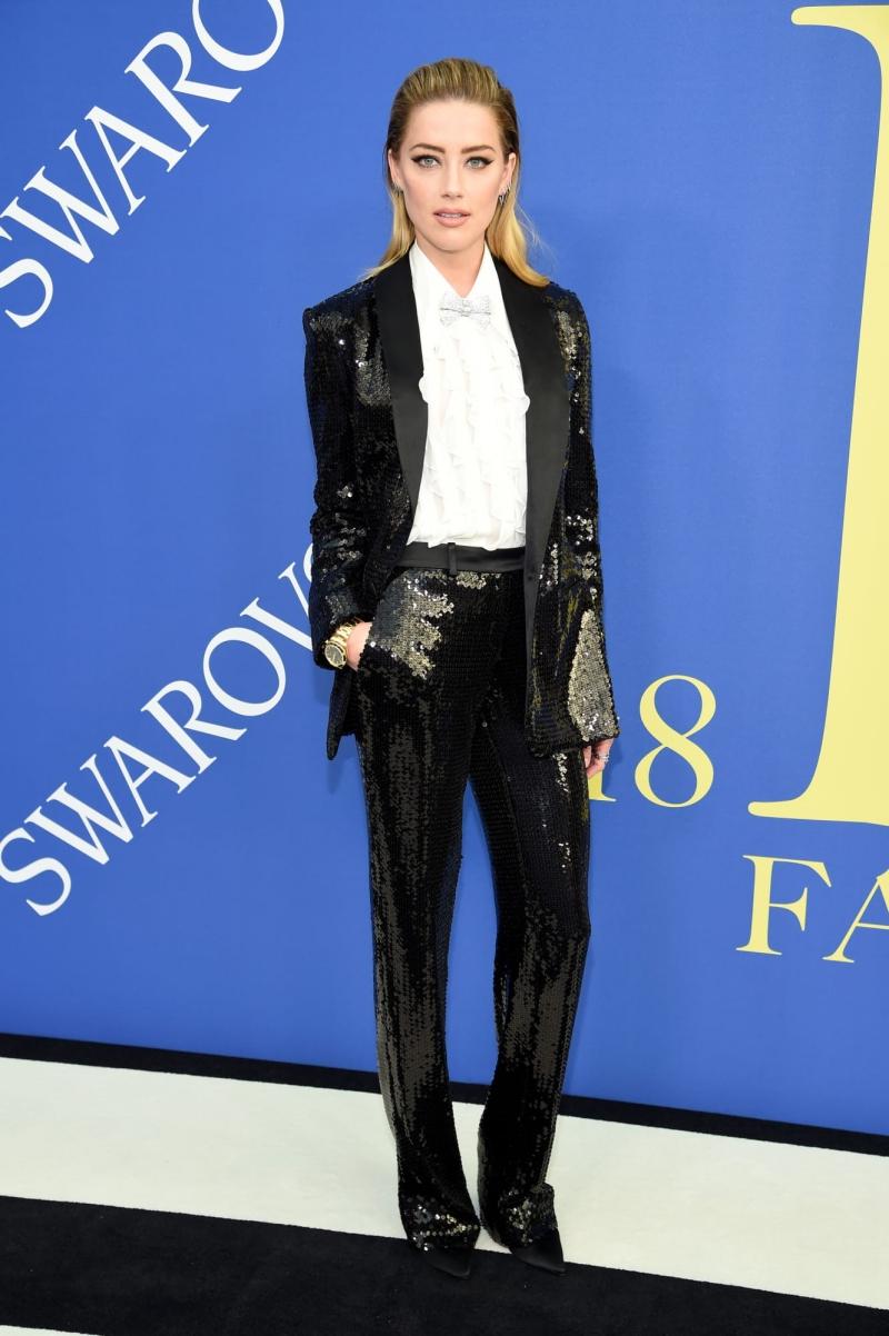 Nữ diễn viên Amber Heard cá tính trong bộ tuxedo đính sequin lấp lánh của Michael Kors.