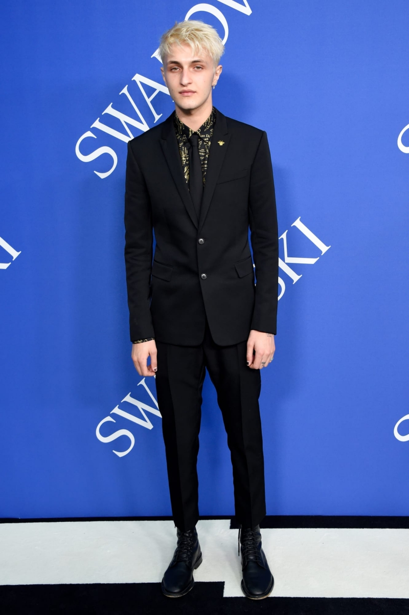 Em trai của Gigi Hadid - Anwar Hadid cũng có mặt tại sự kiện. Anh mặc trang phục của Dior Homme.