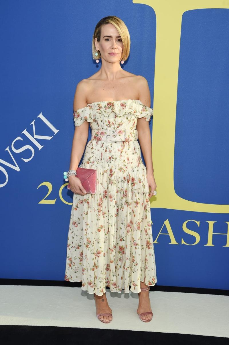 Nữ diễn viên Sarah Paulson cũng mặc trang phục của thương hiệu Brock Collection mang phong cách sang trọng, nữ tính.