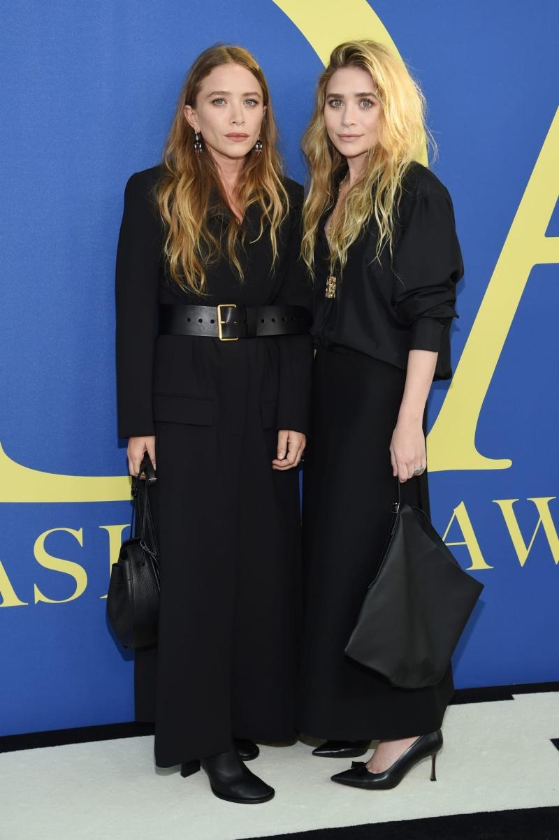 Cặp song sinh Ashley và Mary-Kate Olsen cũng là những tín đồ quen thuộc của tông màu đen. Cả hai là chủ nhân của thương hiệu The Row, chiến thắng tại hạng mục Thiết kế Phụ kiện Xuất sắc nhất tại lễ trao giải CFDA 2018.