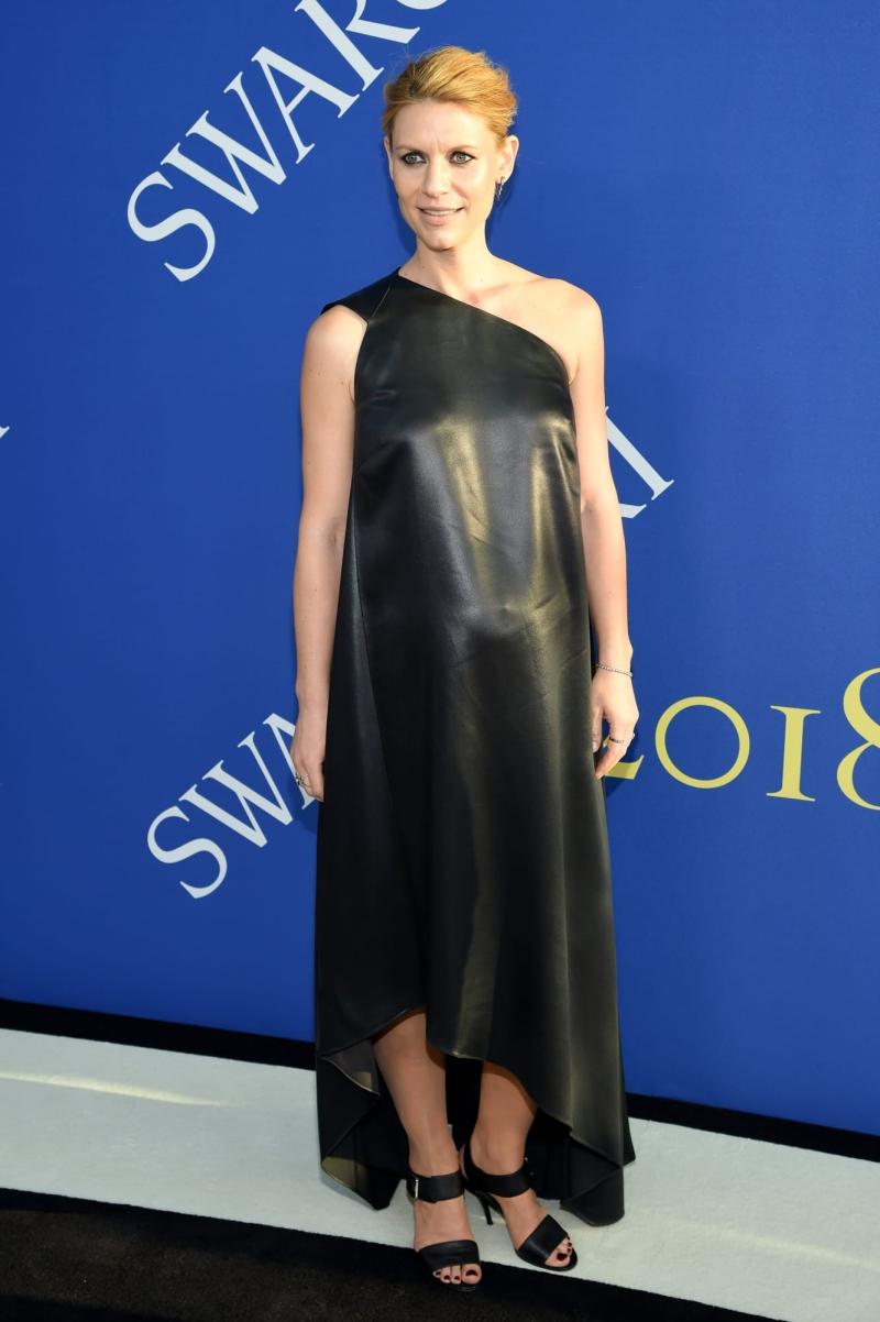 """Nữ diễn viên của """"Homeland"""" Claire Dane xuất hiện trong thiết kế đầm da lệch vai, khéo léo khoe bụng bầu."""