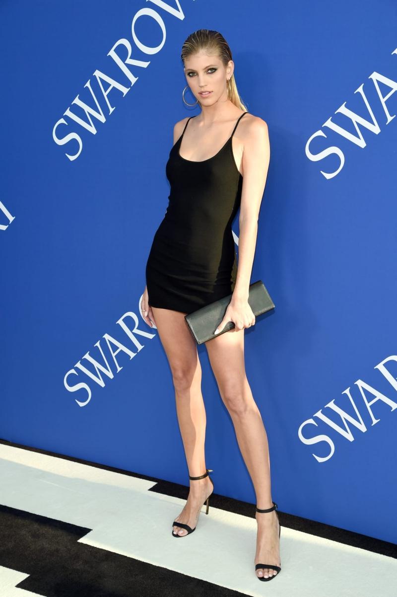 Chân dài Devon Winsor lựa chọn đầm nhỏ màu đen của Victor Glemaud.