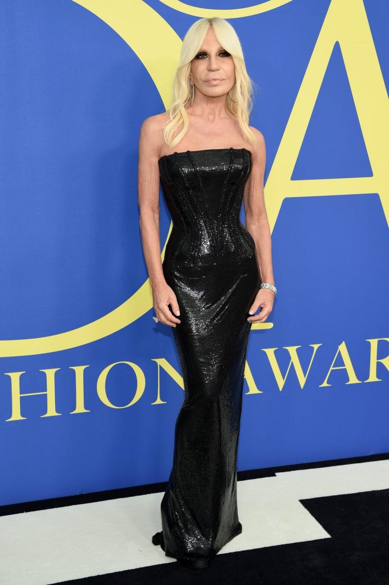 NTK Donatella Versace - chủ nhân Giải thưởng Quốc tế - mặc thiết kế đầm quây lấp lánh gợi cảm tuyệt đối.