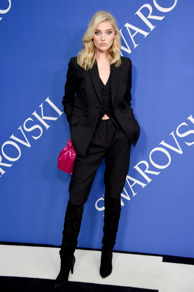 Chân dài người Thụy Điển Elsa Hosk mặc suit đậm phong cách menswear cá tính.