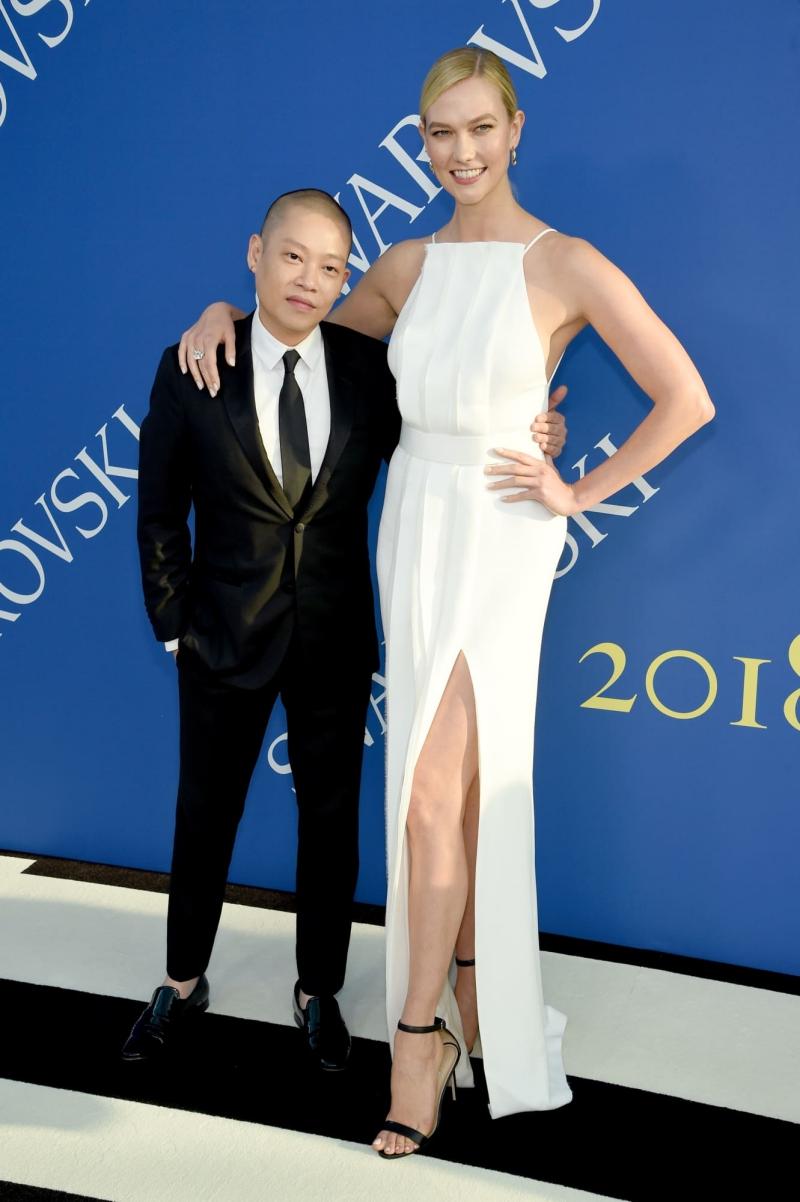 NTK Jason Wu sánh đôi cùng người mẫu Karlie Kloss. Cô mặc đầm trắng cổ yếm có đường xẻ cao khoe chân dài gợi cảm của NTK.