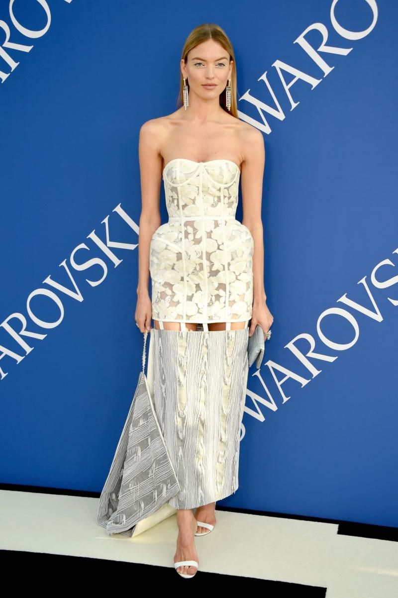Martha Hunt khác lạ với phong cách trang điểm đặc sắc cùng trang phục của Thom Browne và nữ trang của Atelier Swarovski.