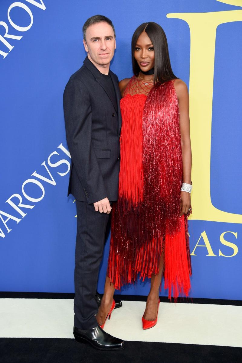 Cô xuất hiện trên thảm đỏ lễ trao giải CFDA 2018 cùng NTK Raf Simons - Giám đốc Sáng tạo của Calvin Klein 205W39NYC.