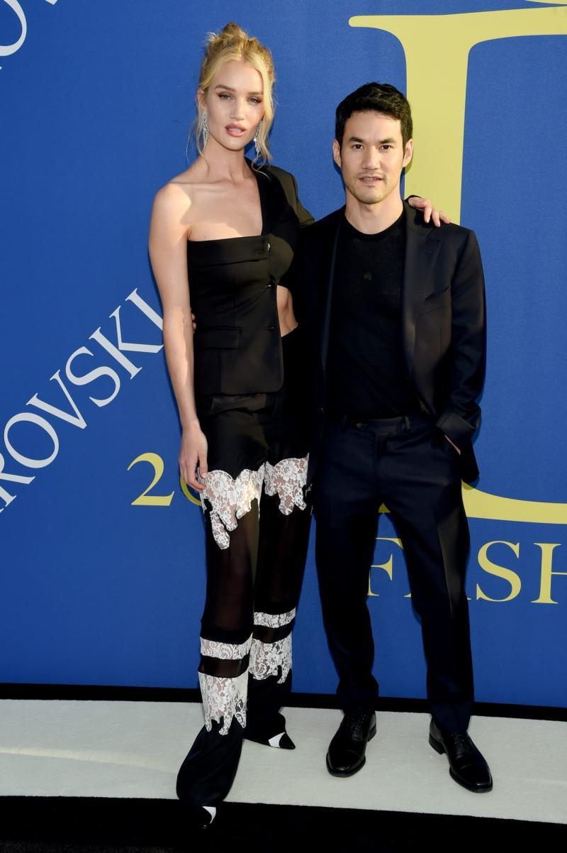 """""""Bông hồng nước Anh"""" Rosie Huntington Whiteley tham dự cùng NTK Joseph Altuzarra. Bộ trang phục của Rosie là một trong những thiết kế nổi bật trên thảm đỏ lễ trao giải CFDA 2018."""