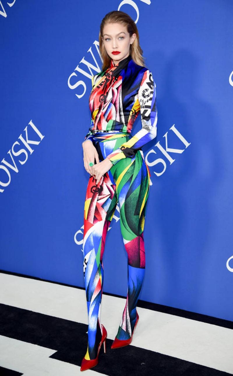 Gigi Hadid khoe dáng chuẩn trong thiết kế của Versace.