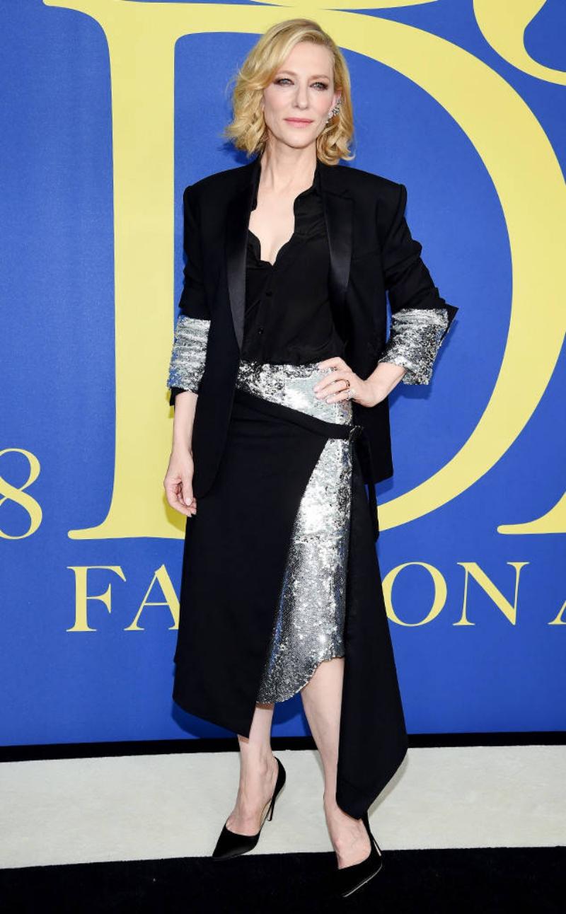 Nữ diễn viên Cate Blanchett sang trọng hút hồn trong thiết kế của Monse cùng giày Jimmy Choo tôn dáng.