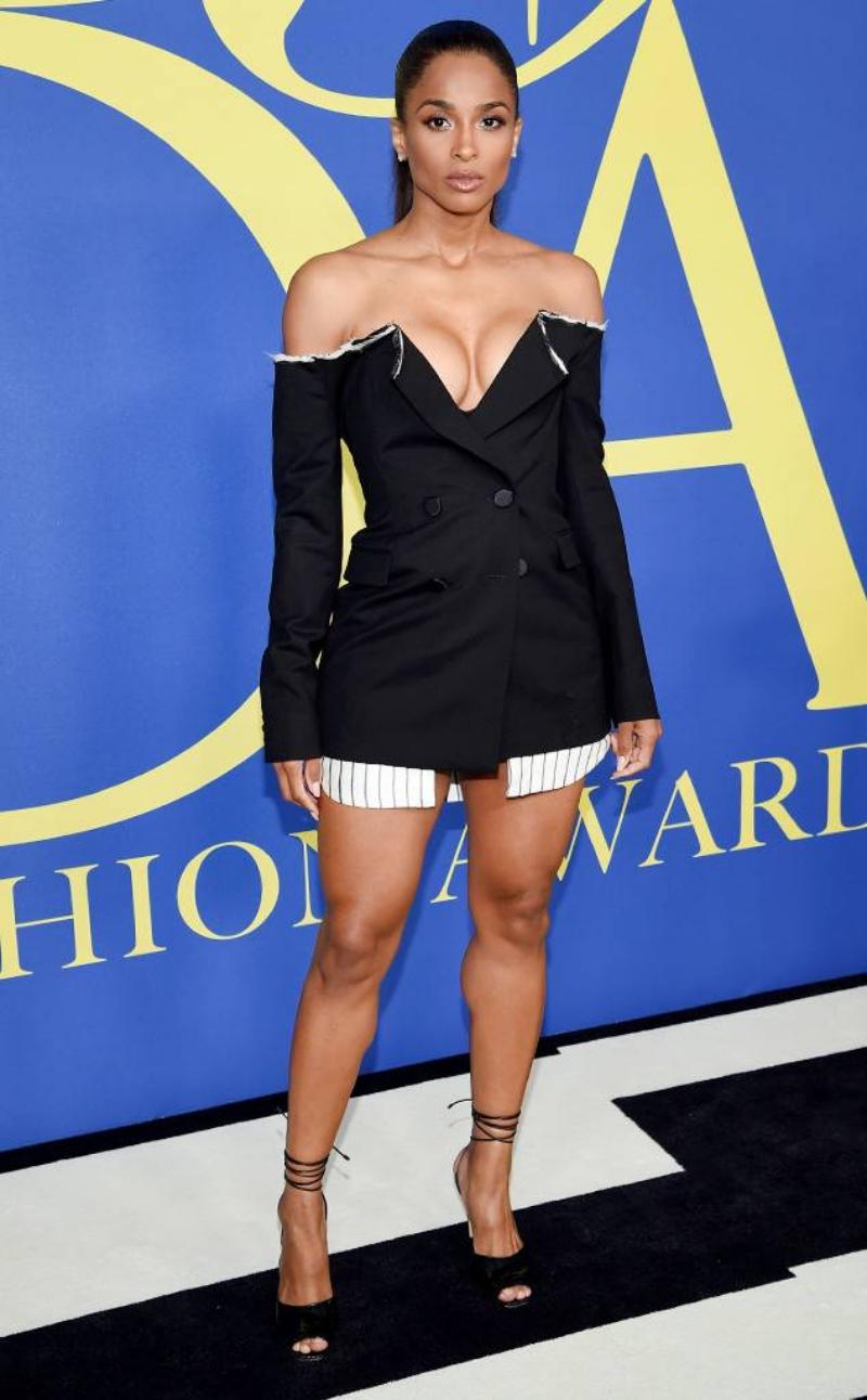 Nữ ca sĩ Ciara mặc thiết kế đầm cá tính của Monse.