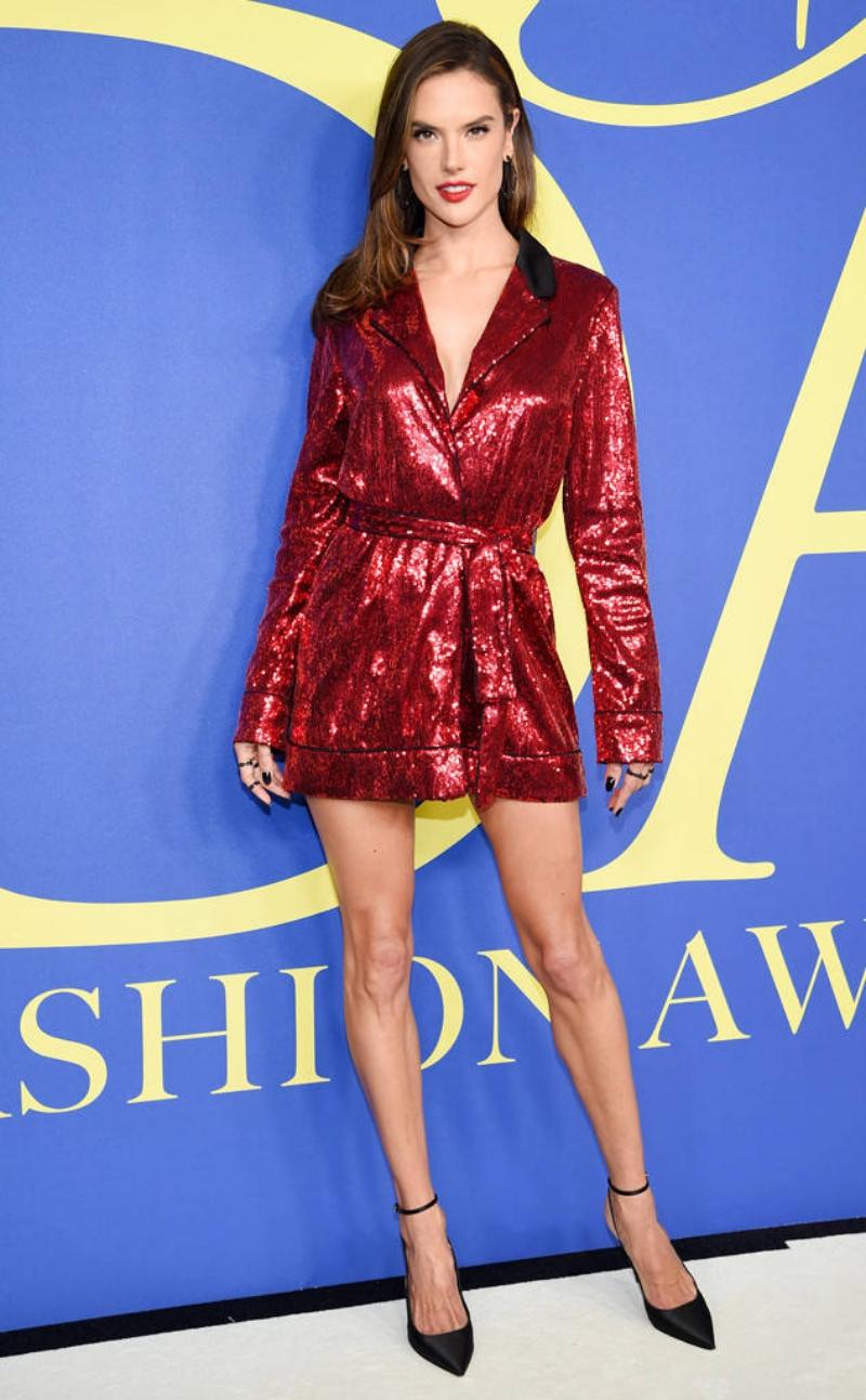 Alessandra Ambrosio khoe dáng chuẩn trong thiết kế đầm màu đỏ đính sequin lấp lánh của Tommy Hilfiger.