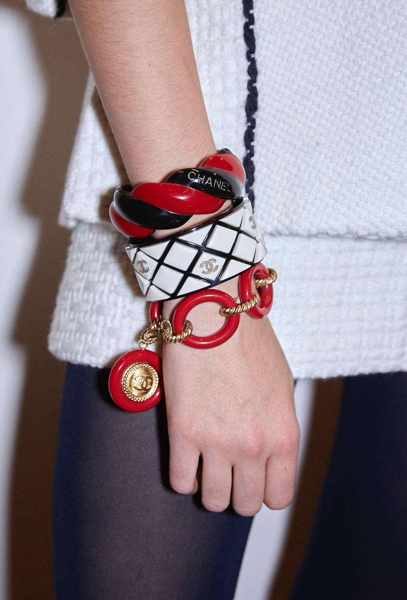 Vòng tay khiến cho mọi người liên tưởng đến những sợi dây thừng, dây xích neo thuyền.