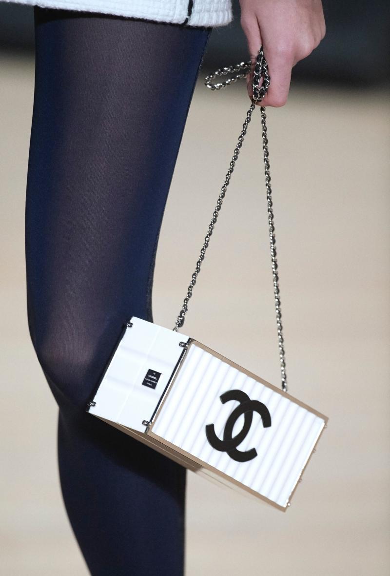 Thiết kế túi xách lấy cảm hứng từ những chiếc container trong BST Métiers d'Art Paris-Hamburg.