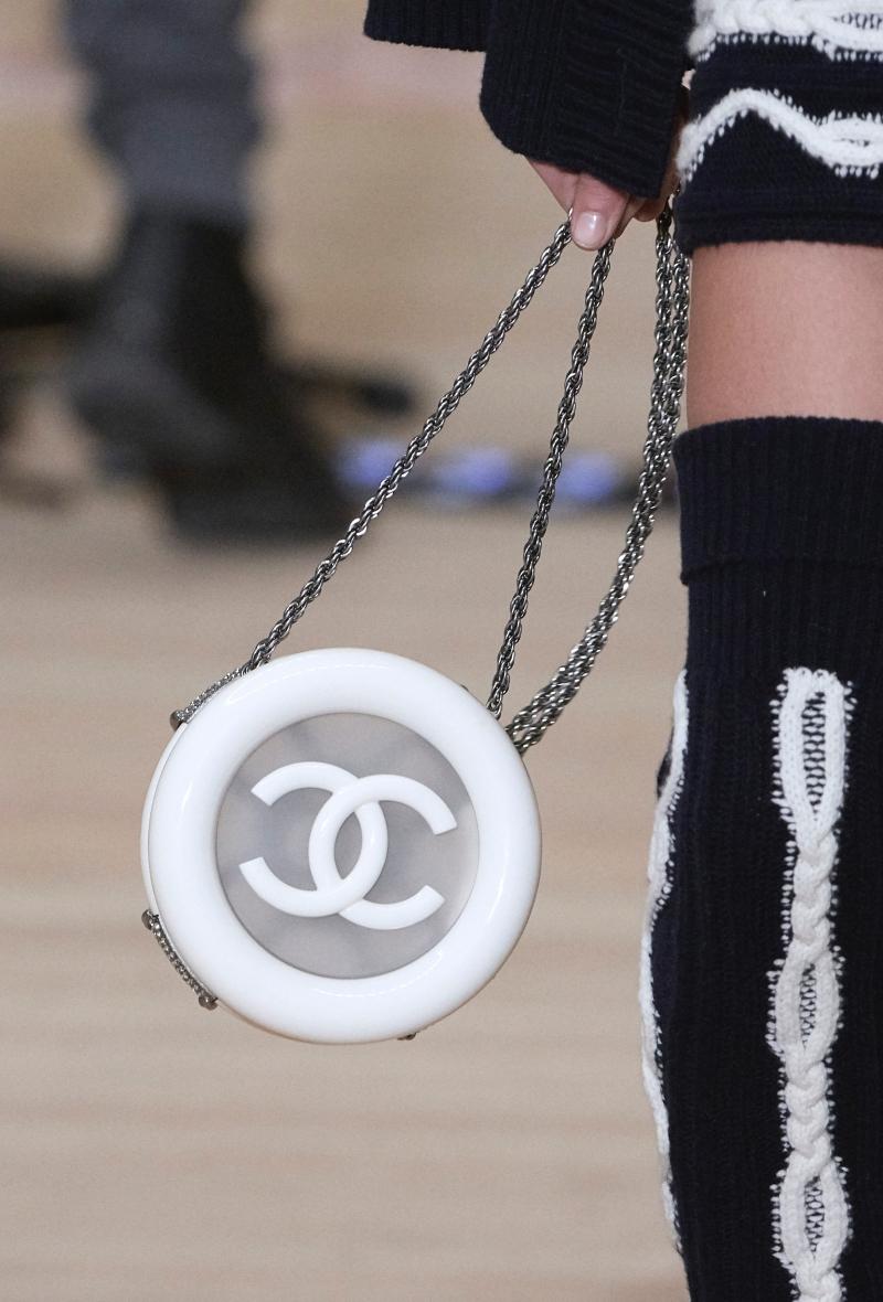 Thiết kế túi xách lấy cảm hứng từ chiếc phao cứu sinh trong BST Métiers d'Art Paris-Hamburg.