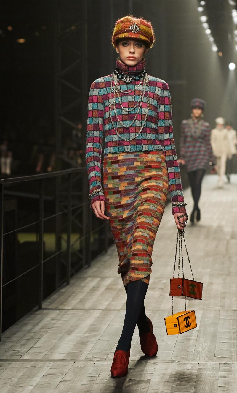 Những chiếc túi xách tiêu biểu trong BST Métiers d'Art Paris-Hamburg gây thích thú cho khách mời tham dự.