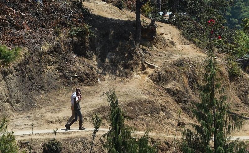 Will và Kate đã được phát hiện với vòng tay của họ xung quanh nhau khi họ đi theo con đường mòn đến một tu viện Phật giáo trong chuyến thăm Bhutan vào tháng 4 năm 2016.
