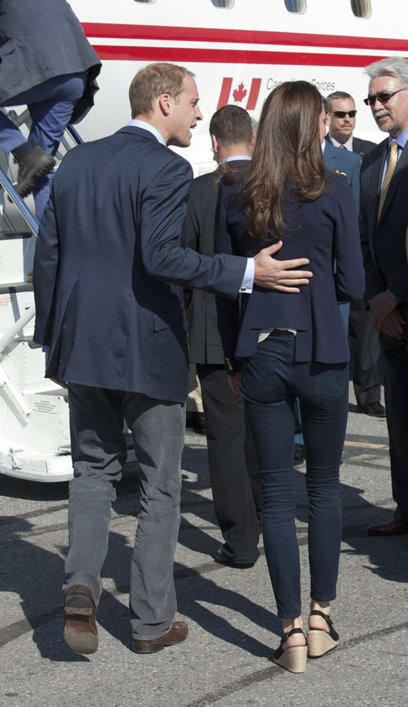 Will đặt tay lên lưng Kate khi họ lên đường bay tới phi trường Yellowknife sau chuyến lưu diễn Canada vào tháng 7 năm 2011.