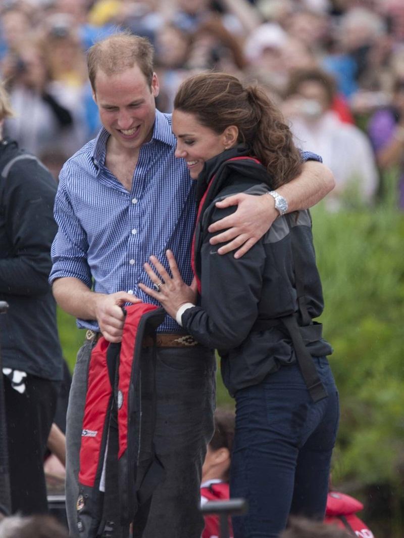 Họ đã chia sẻ một cái ôm sau khi tham gia một cuộc đua thuyền rồng ở Canada vào tháng 7 năm 2011.