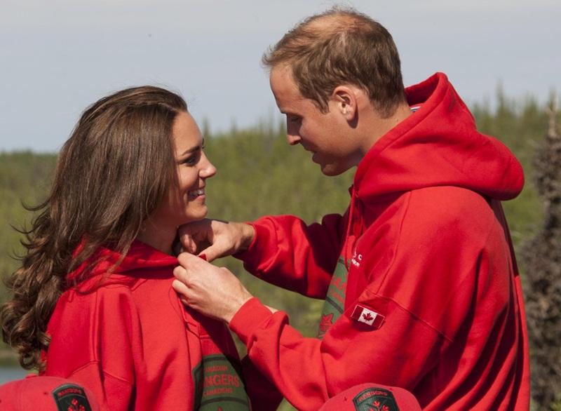 William nhiệt tình giúp Kate điều chỉnh áo khoác của mình trong chuyến lưu diễn hoàng gia Canada vào tháng 7 năm 2011