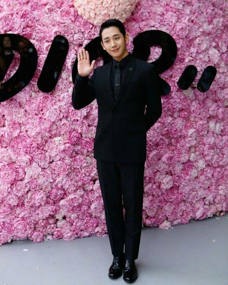 Jung Hae In mặc suit màu đen cùng giày da bóng đến dự show Xuân Hè 2019 của Dior Homme.