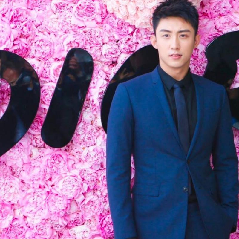Hoàng Cảnh Du mặc suit màu xanh navy trẻ trung và lịch lãm.