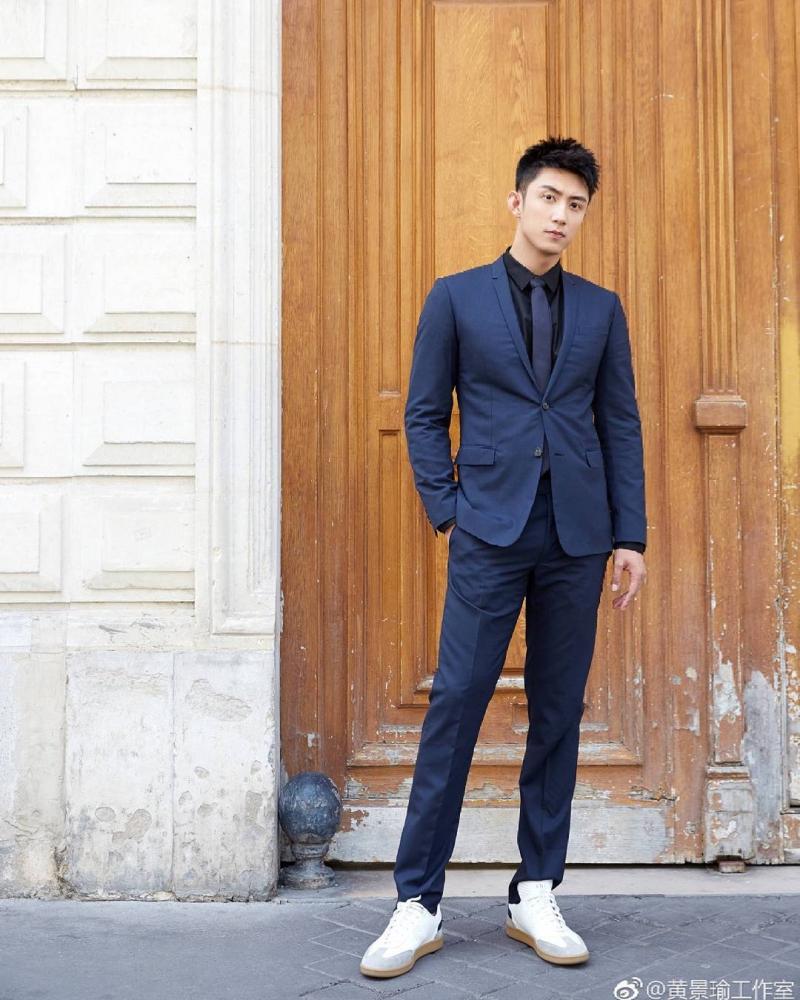 """""""Cố Hải"""" phối bộ suit xanh navy cùng giày sneakers trắng năng động, khỏe khoắn."""