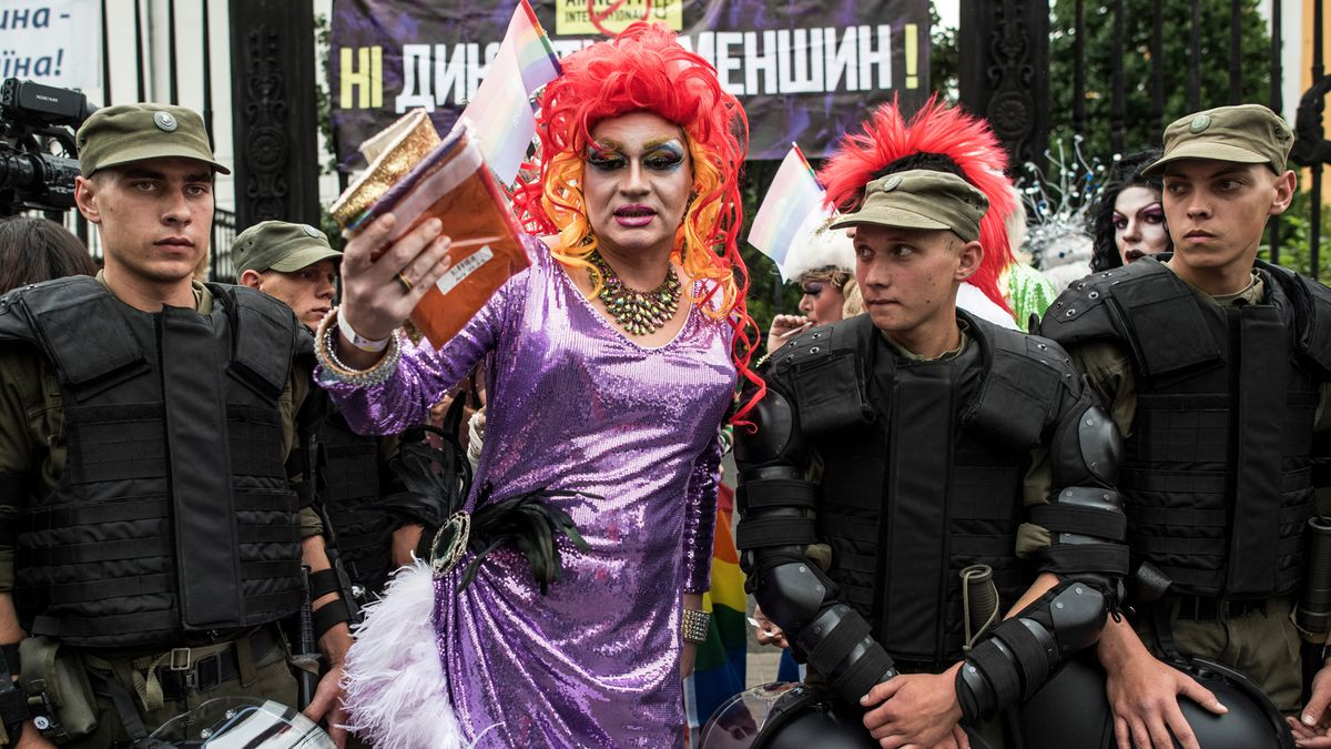 Người trong đoàn diễu hành chụp ảnh chung với cảnh sát tại Kiev (Ukraine).
