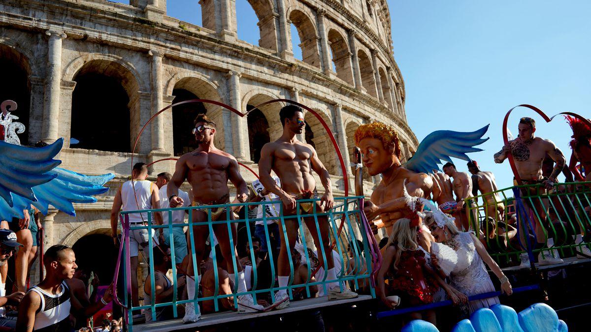 Đoàn diễu hành đi ngang qua Đấu Trường Colosseum ở Rome (Ý).