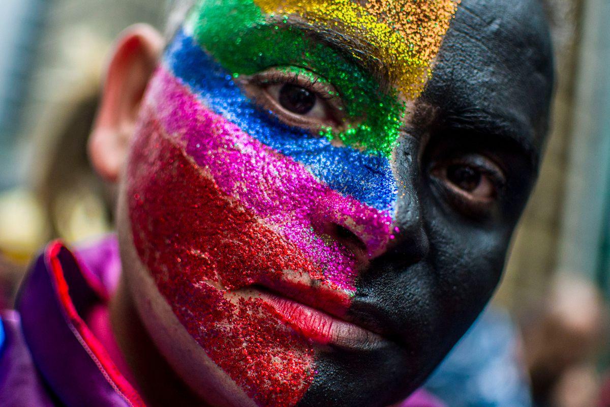 Một trong những khuôn mặt được hóa trang trong đoàn diễu hành ở Sao Paulo (Brazil).