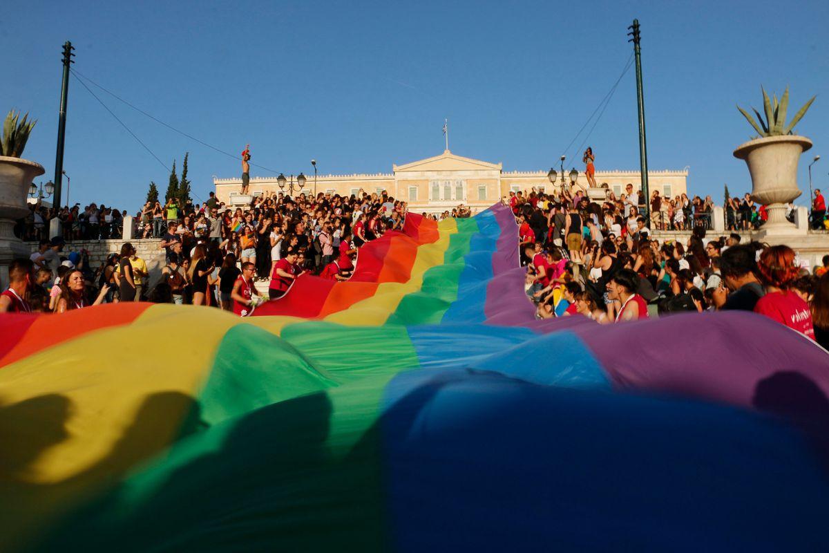 Lá cờ 6 màu tượng trưng cho cộng đồng LGBT tại Athens (Hy Lạp)