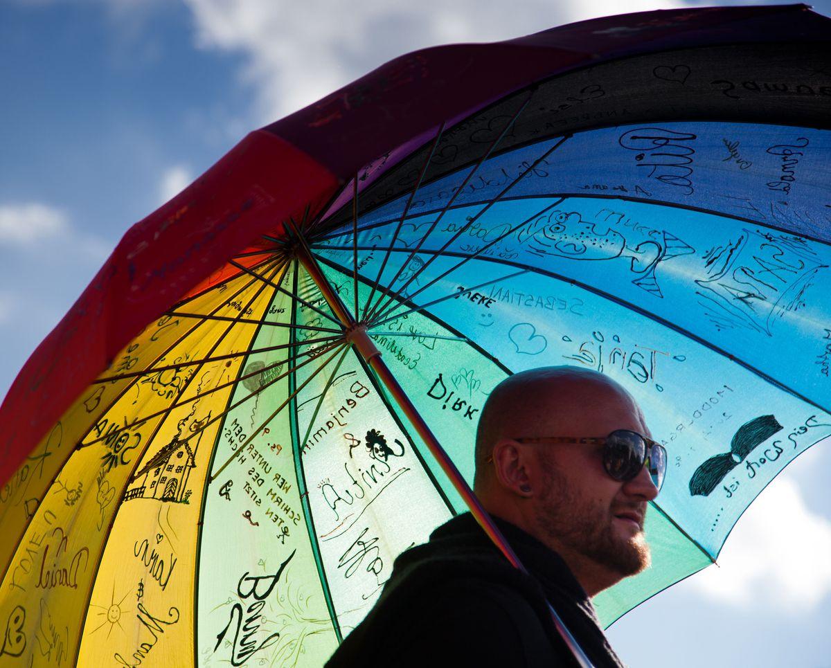 Cây dù nhiều màu sắc và thông điệp tại Cluj-Napoca (Romania).