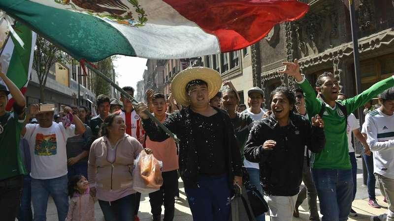 """""""Thủ lĩnh"""" dẫn đầu đám đông Mexico đi ăn mừng là một người Hàn Quốc."""