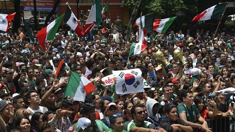 Cờ Hàn nỗi bật giữa cờ Mexico.