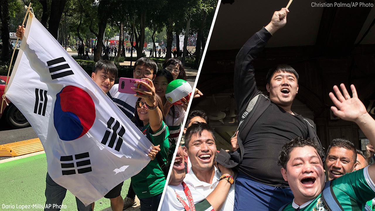Người Mexico tranh thủ chụp ảnh với các fan Hàn Quốc trước khi họ trở về nước.