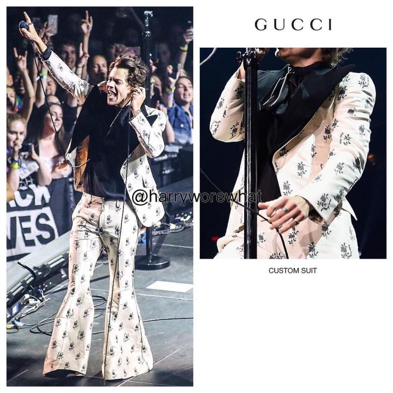 Thiết kế suit với áo blazer và quần ống loe mang họa tiết trong BST Cruise 2019 của Gucci.