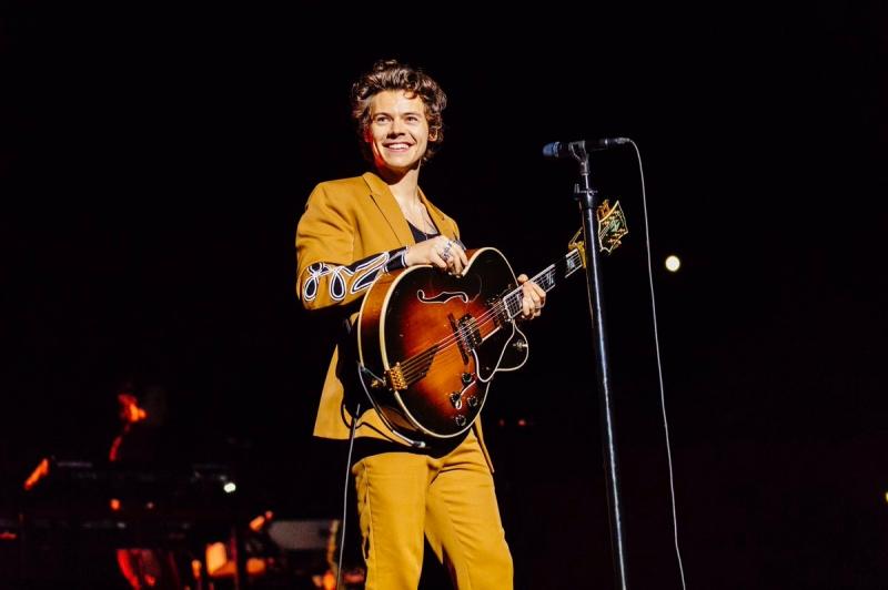 Calvin Klein còn làm một bộ suit tương tự với phiên bản màu vàng mù tạt.