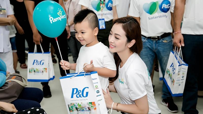 Jennifer Phạm giản dị trao quà cho trẻ em nhân ngày Quốc tế Thiếu Nhi 1-6