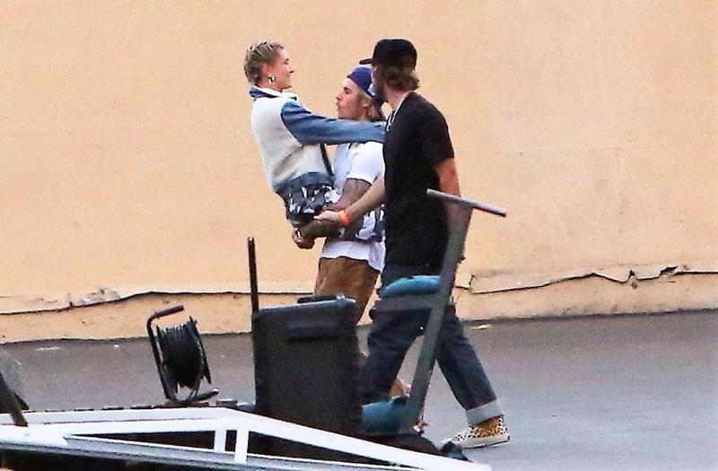 Justin Bieber bế Hailey Baldwin đầy tình cảm, giống như từng làm với Selena nhiều năm trước