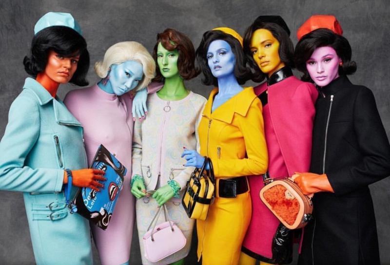 Các người mẫu xuất hiện trong show Thu Đông 2018 của Moschino mang những màu da khác nhau.
