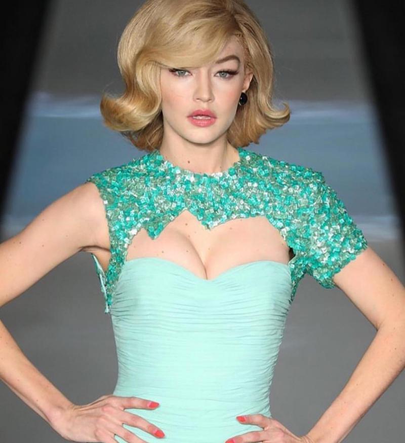 ... và Gigi Hadid là số ít người mẫu không bị sơn da trong show diễn.