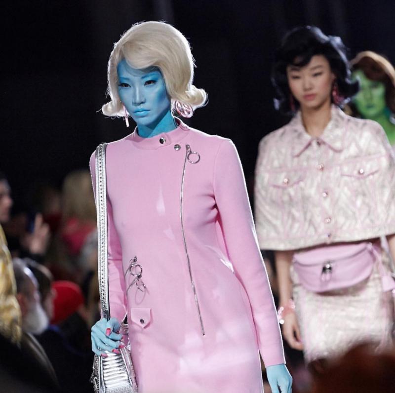Người mẫu Hàn Quốc Soojoo với màu da xanh biển cùng mái tóc màu trắng.