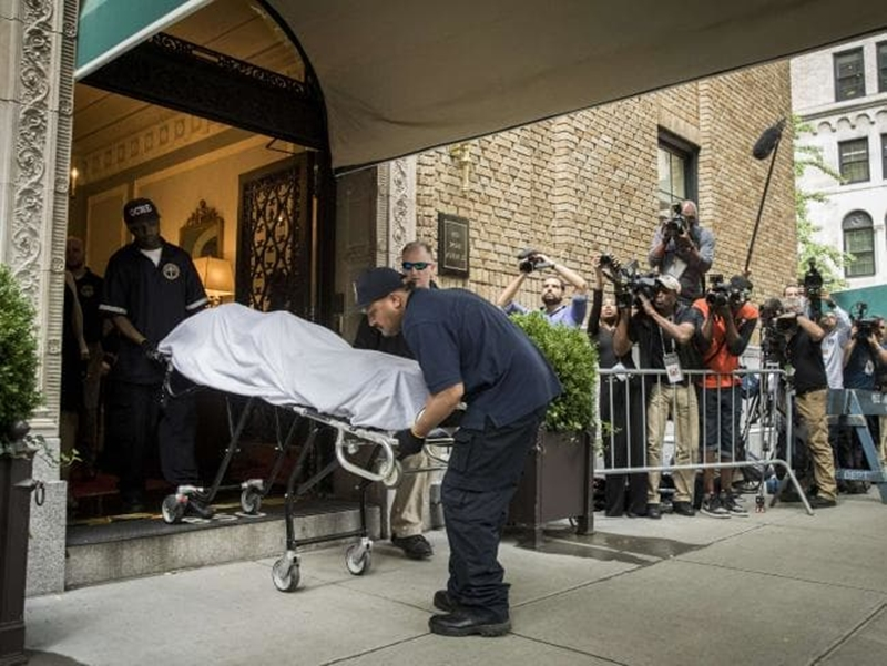 Cảnh sát New York đưa thi thể của NTK Kate Spade khỏi căn hộ tại khu Upper East Side ở New York, Mỹ.